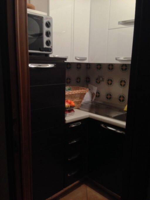 Cucina completamente attrezzata, frigo, lavatrice, forno.