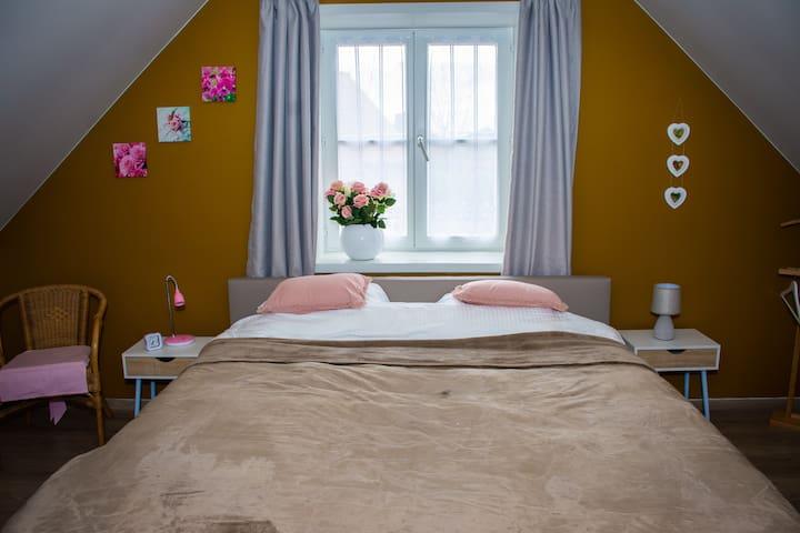 slaapkamer 1 met bed van 1m80