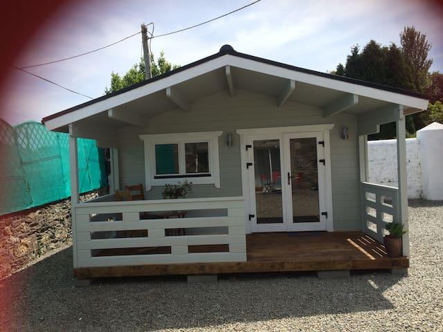 Cosy Cabin in Newtownmountkennedy. Sleeps 2-3