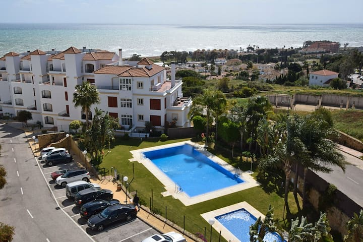 Comfortable apartment with sea views near Estepona, within walking distance from the sea