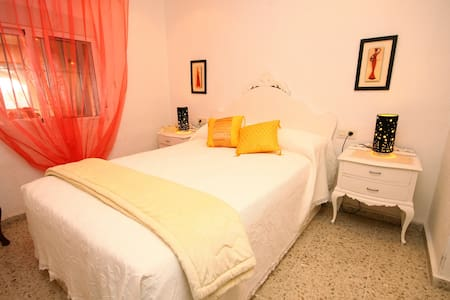 Room in beautiful family home with pool. - Alicante
