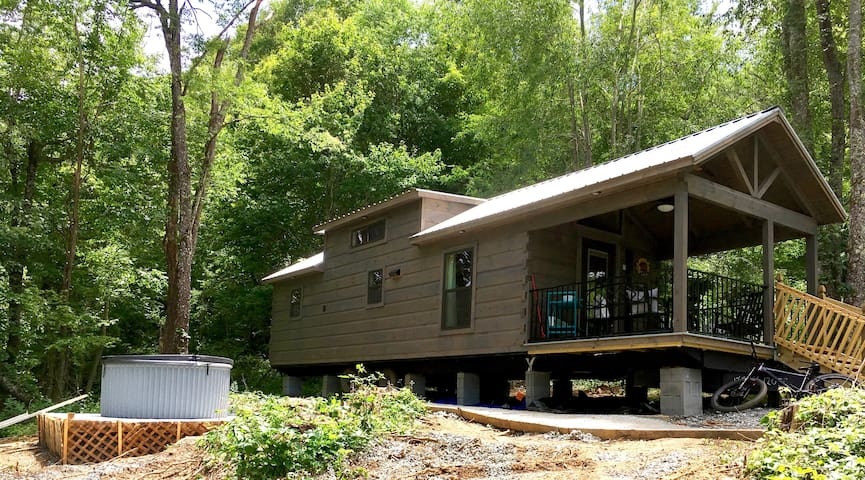 LUXURY TINY HOME, HOT TUB, PRIVATE, JUST BUILT