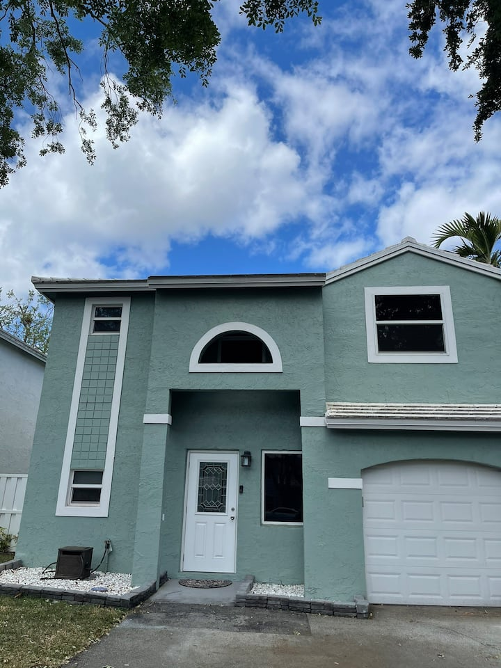 Single family home close mall and beach