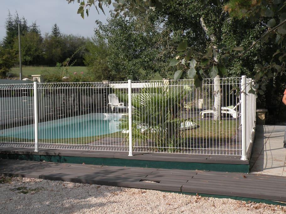 piscine avec clôture pour la sécurité des enfants