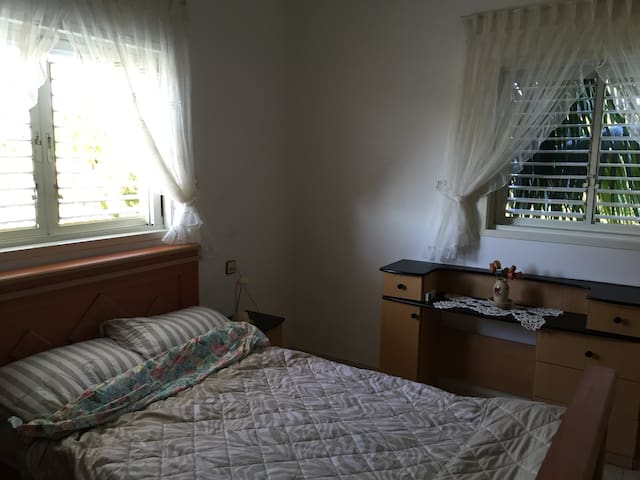 ensuit room in a country house - Yavne - Hus