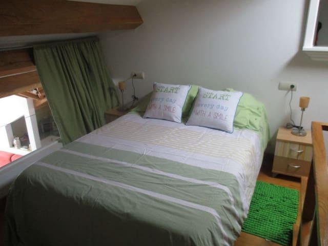Dormitorio desde el que se domina toda la estancia inferior