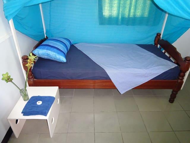 Prima ingerichte kamer met extra lang hemelbed (200cm), met klamboe.