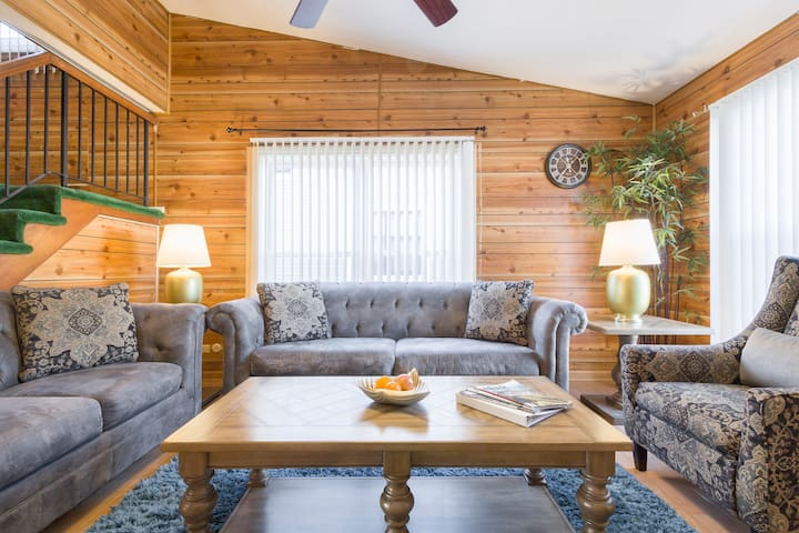 Wooded Delight, Entire 2br TH. Sleeps 6 & Garage