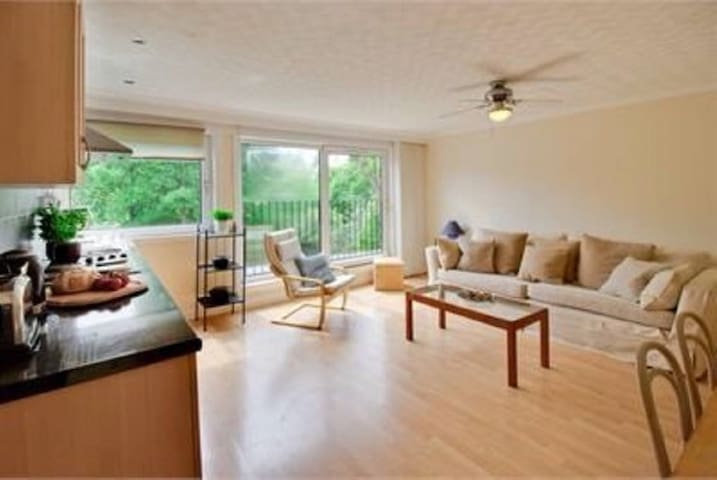 Bright spacious apartment with FREE & Easy Parking