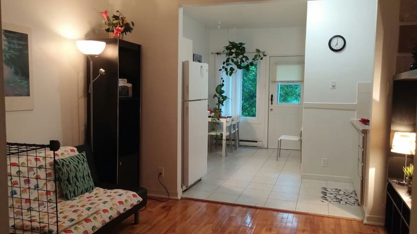 Cozy & quiet close to subway station and services
