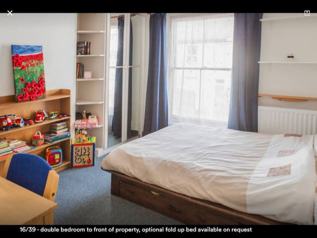 Double room to front of property. This photo is out of date, toys are no longer in this room.