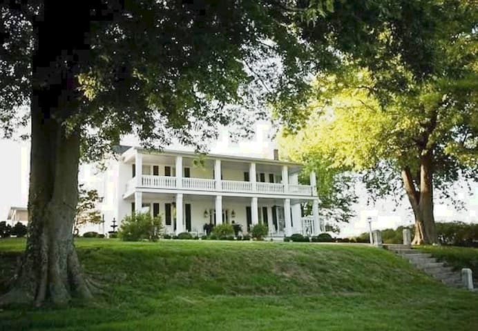 Historic Maple Hill B&B on beautiful Lake Barkley