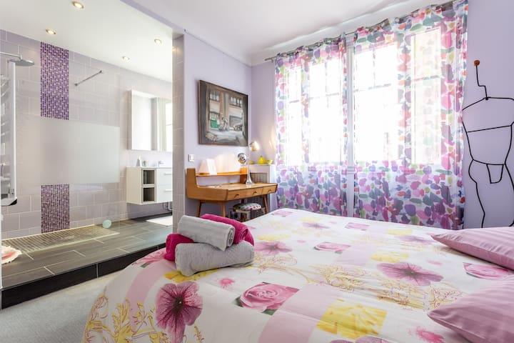 Chambre à coucher sur cour et salle de bain à l 'Italienne