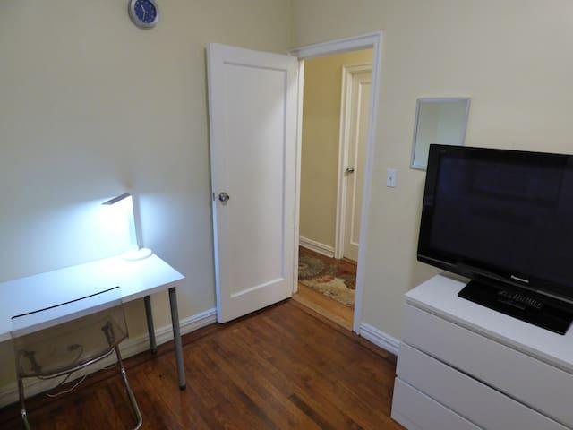 Convenient Modern Bedroom - 30 minutes to Midtown