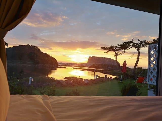 예쁜일출  예쁜경치 편안한침대 깨끗하고 깔끔한 객실 에서 휴식을 ~~