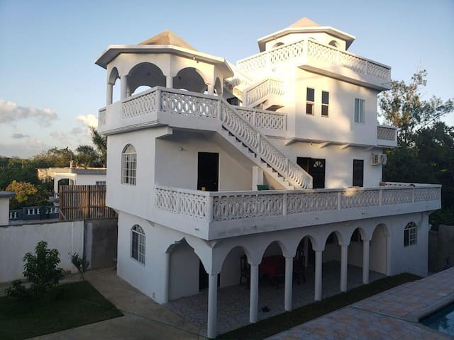 B's Villa - Spacious with pool & beautiful views!
