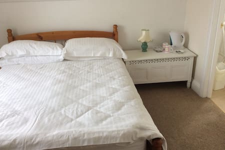 Double bedroom with en-suite bath - Watchet