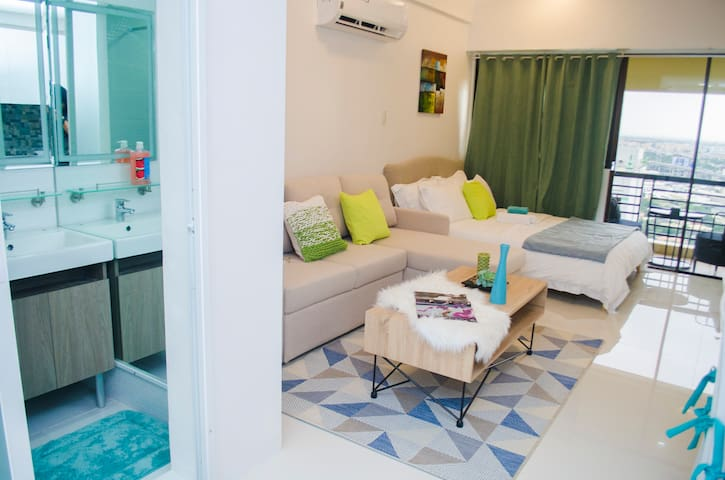 Greenbelt Makati Studio with Balcony &  Netflix