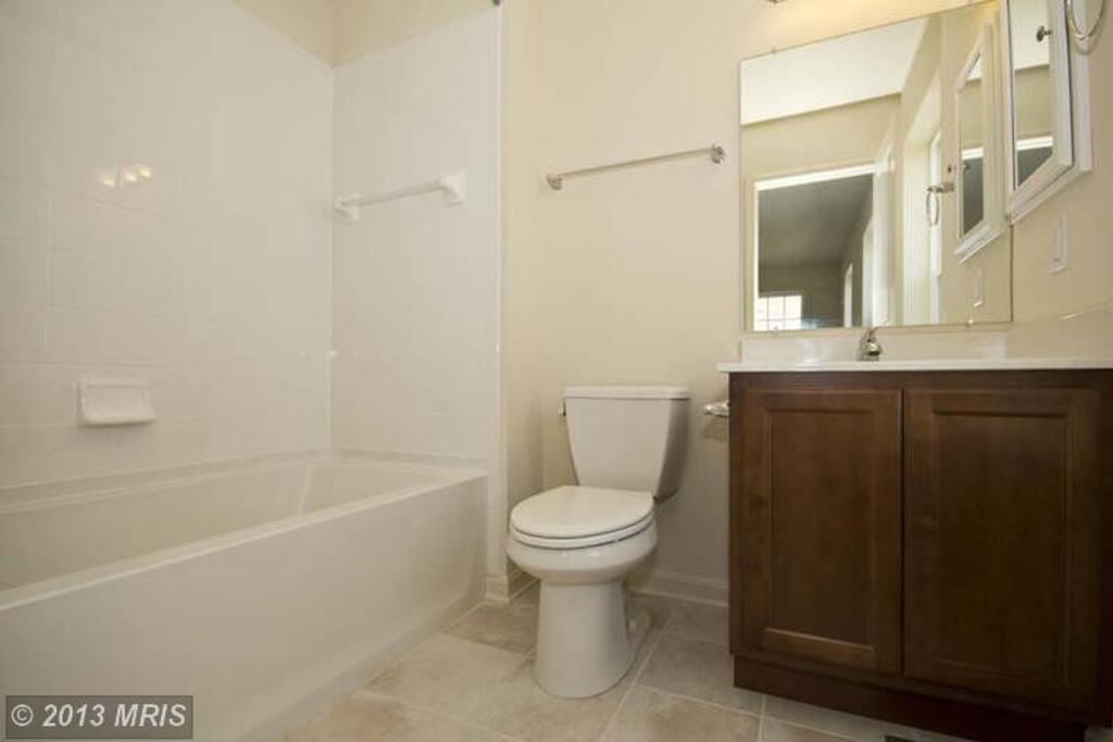 방에 딸려있는 화장실 입니다. Full Bath 구요