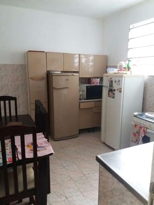 Cozinha! Todos os utensílios podem ser usados! Perfeito pra vc que gostaria de cozinhar ou comprar coisas simples para fazer no Microondas ou manter resfriado nas duas geladeiras!