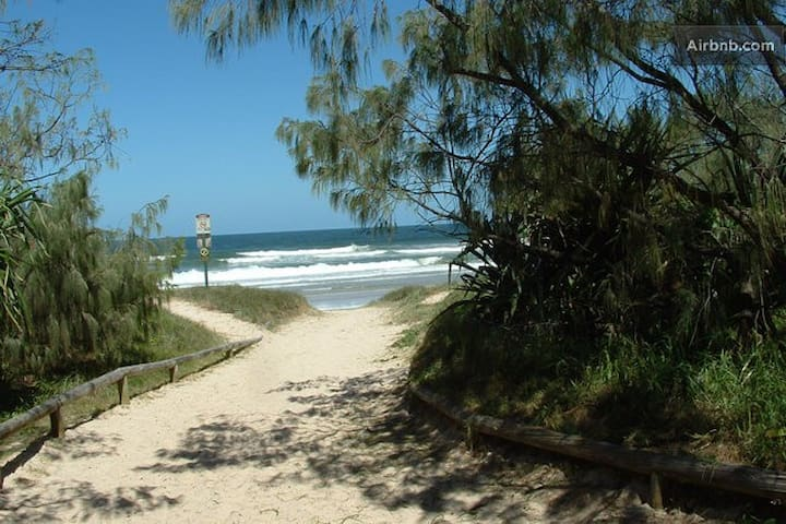 Private quiet flat one street to Peregian Beach