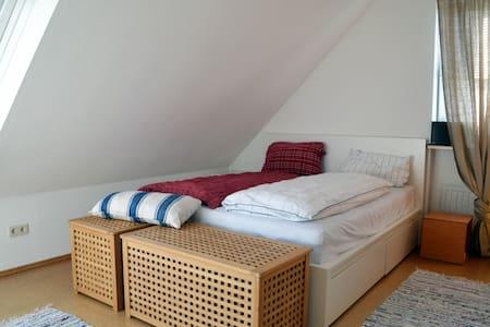 Sehr zentrale Wohnung im DG - Bayreuth - Apartament