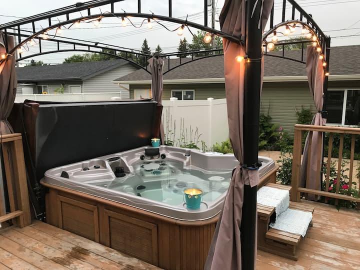 GUEST ROOM 2 Hot Tub Backyard Garden Downtown core
