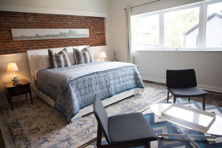 Butchertown Suites (2 adjoining rooms) w/PARKING