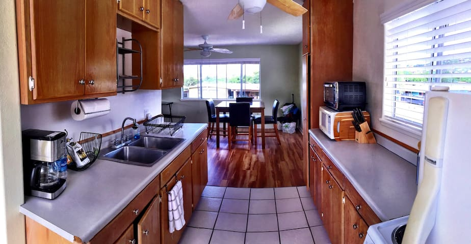 Large Kailua 1 bedroom, bright, breezy, with views