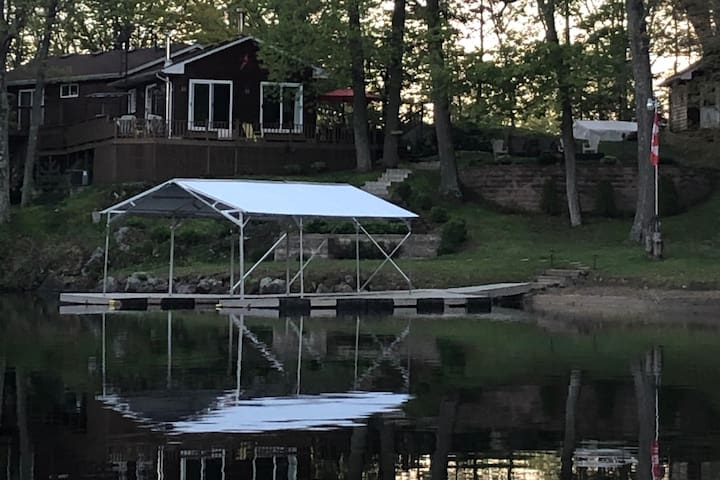 Bobs Lake Luxurious Beach House with all amenities