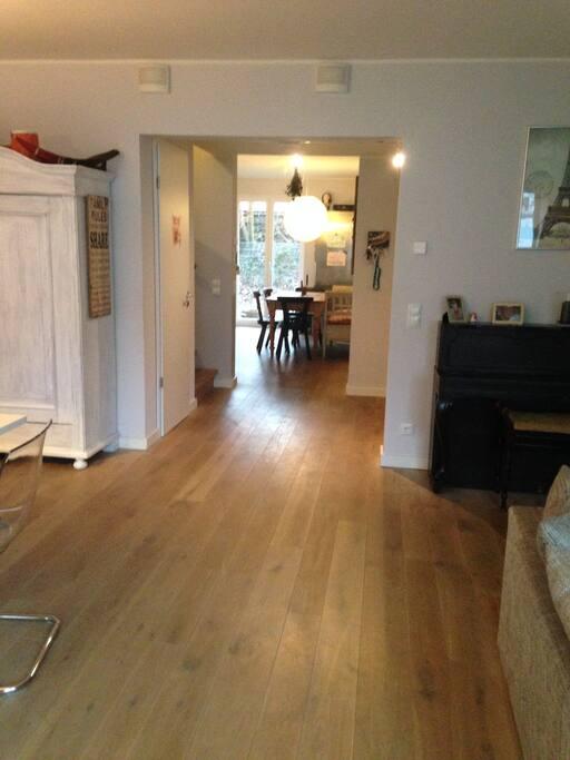 Blick vom Wohnzimmer in die offene Wohnküche