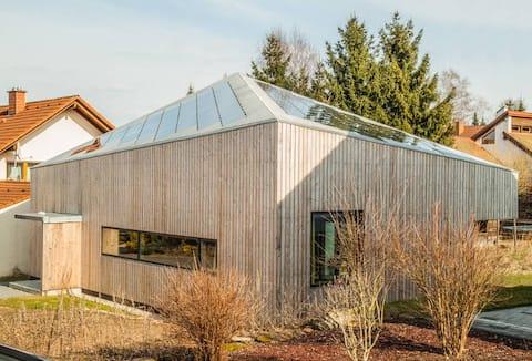 Design-talo porealtaalla ja saunalla