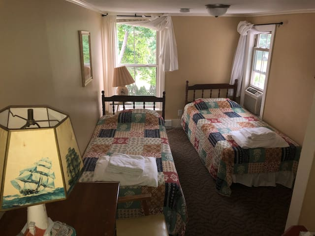 The Hideaway Inn - Twin Room