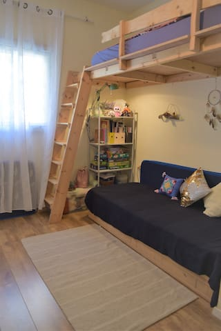 Children's room. Can fit 4 people with extra mattresses