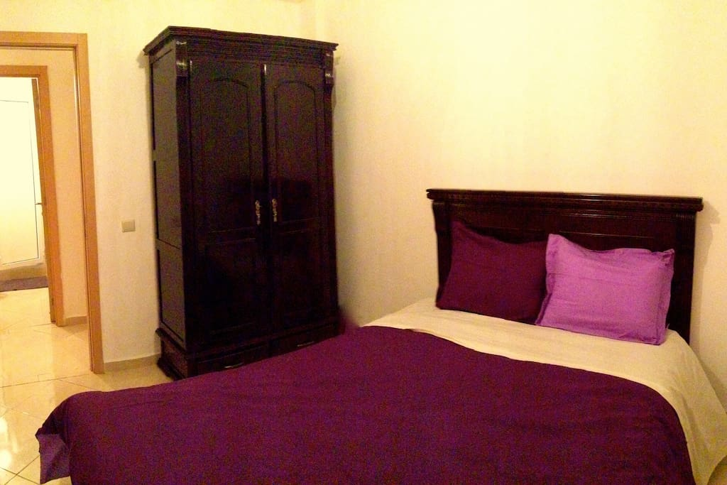 chambre 2 : 1 lit double + 1 placard
