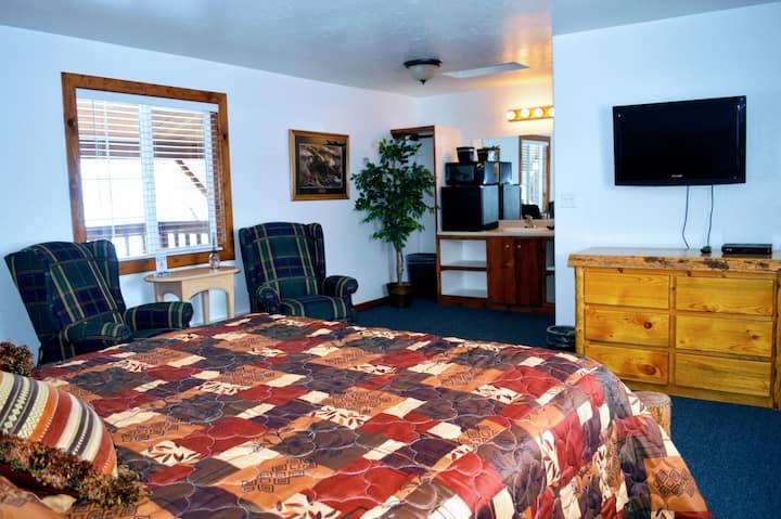 Little Moose Lodge: Single Queen (Room 5 of 7)