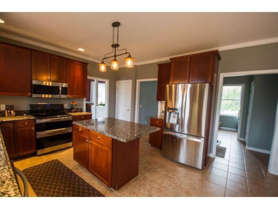 Big bright kitchen with great appliances!