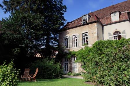 Hotel particulier au coeur du Jura - Salins-les-Bains - House