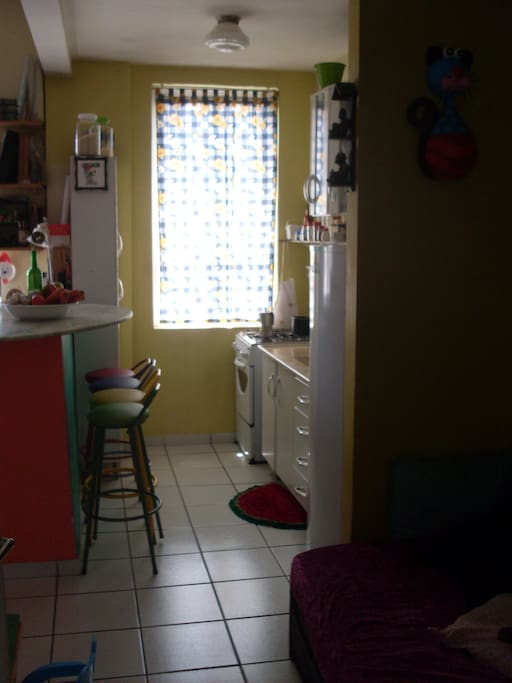 Cozinha equipada e com visão ampla do entorno.