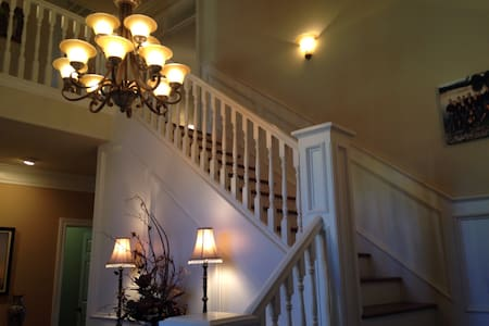 Beautiful home near Bethel Church private room - Redding - Bed & Breakfast