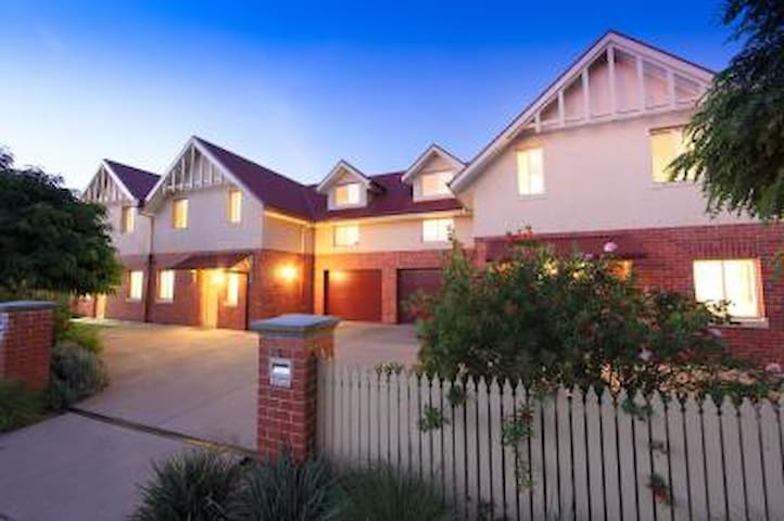 Schubach Street Townhouses - East Albury - Pis