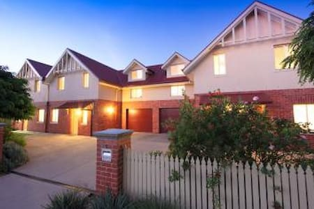 Schubach Street Townhouses - East Albury - Appartement