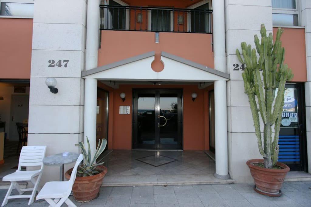 Le style Néo-Hellénique de l'immeuble lui donne un cachet qui rappelle les origines de Nice    ( Nice veut dire Victoire en Grec )