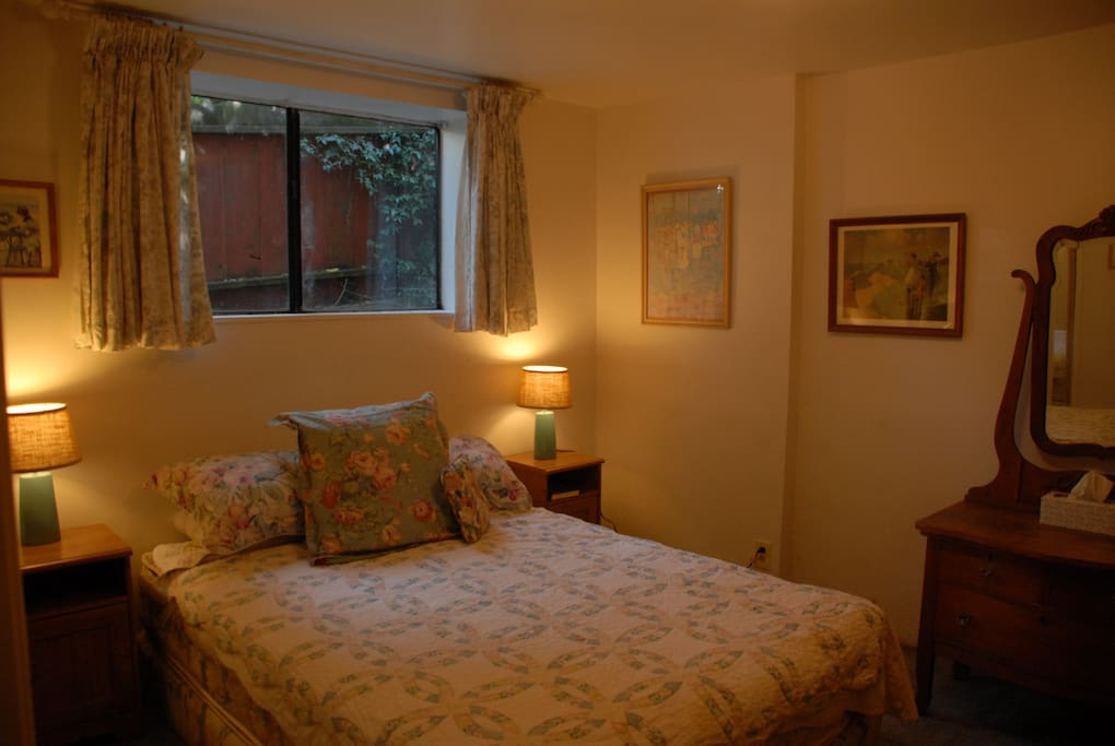 Cozy, very quiet bedroom with Queen-sized bed and quiet little view upon back garden - listen to the birds sing!