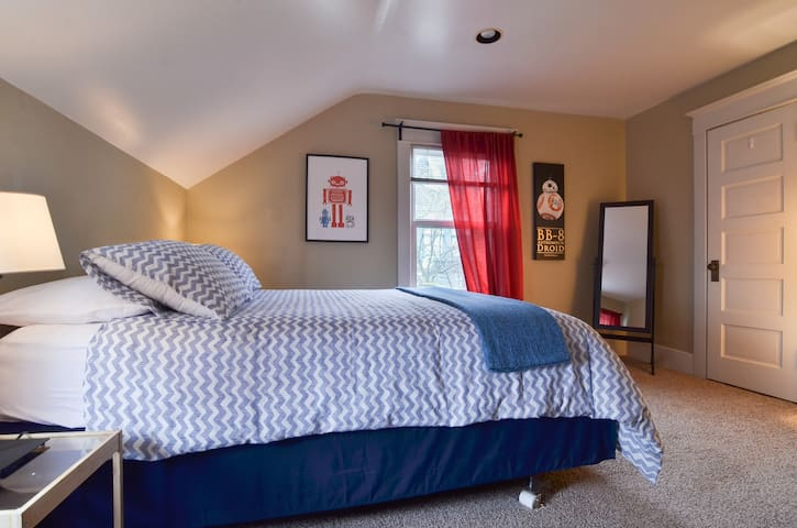 Robot Queen Bedroom 10 min drive to downtown