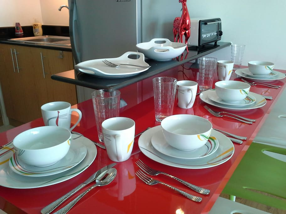Dining table with complete cutlery service for 4 persons