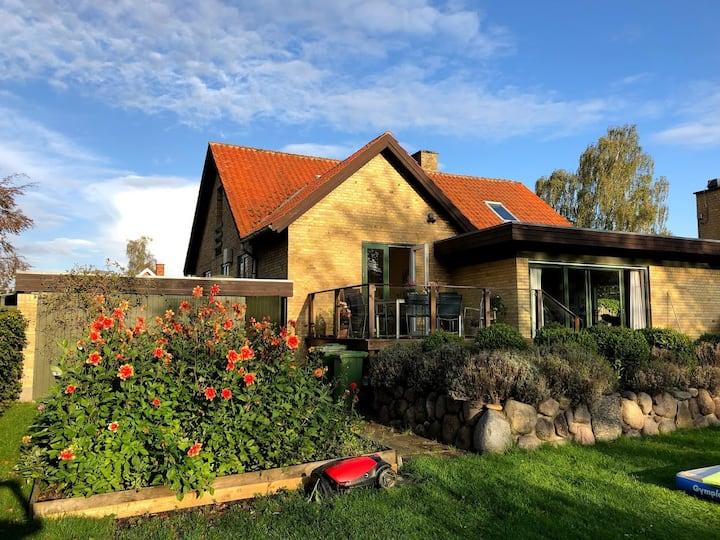 Bo centralt i stor 50'er villa med solvendt have