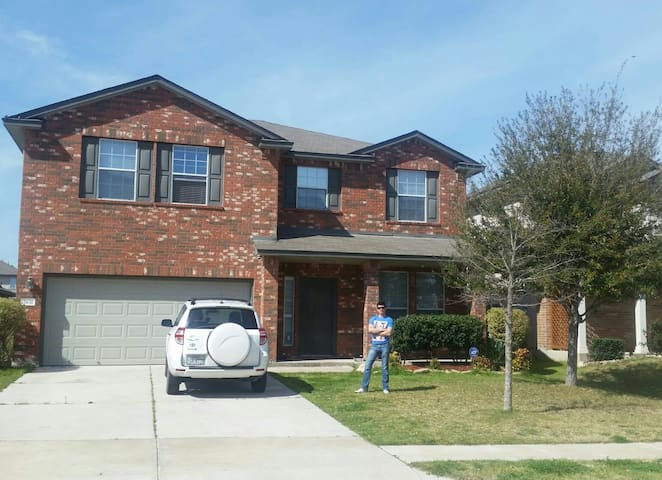 Fully furnished 4 bedroom house in Round Rock - Round Rock