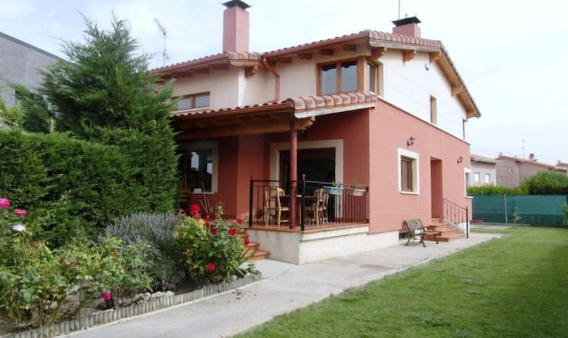 COZY HOUSE 10 km from Burgos