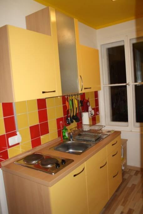 Die Küche in einem separaten Raum, voll ausgestattet mit Öl, Essig, Gewürzen, Tee und Kaffee